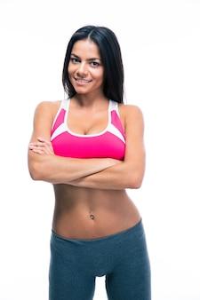 Femme sportive debout avec les bras croisés