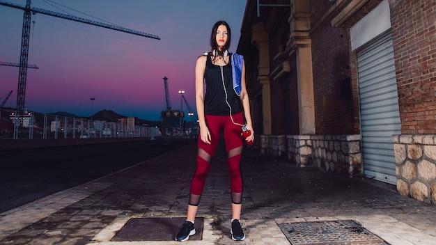 Femme sportive debout sur la rue