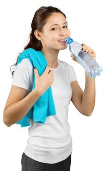 Femme sportive avec de l'eau