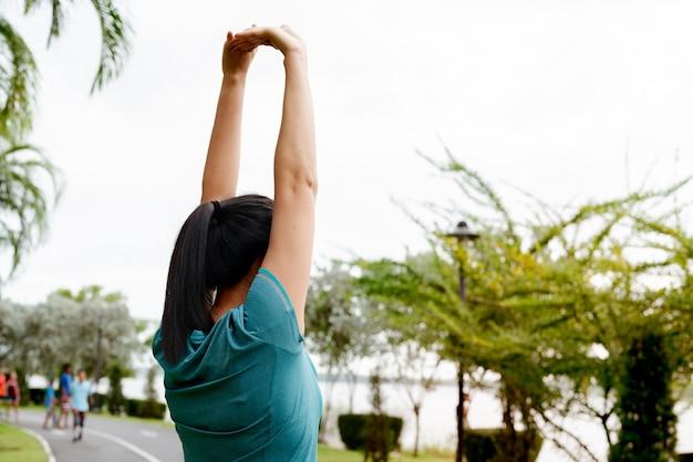 Femme sportive étire ses muscles avant l'entraînement