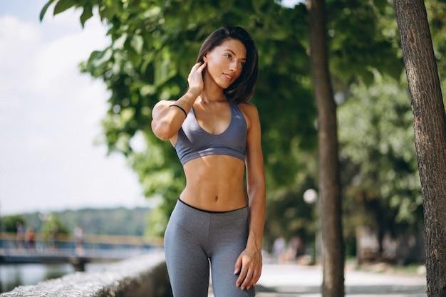 Femme sportive exerçant dans le parc