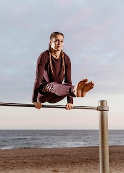 Femme sportive, faire des exercices de remise en forme à l'extérieur de la plage