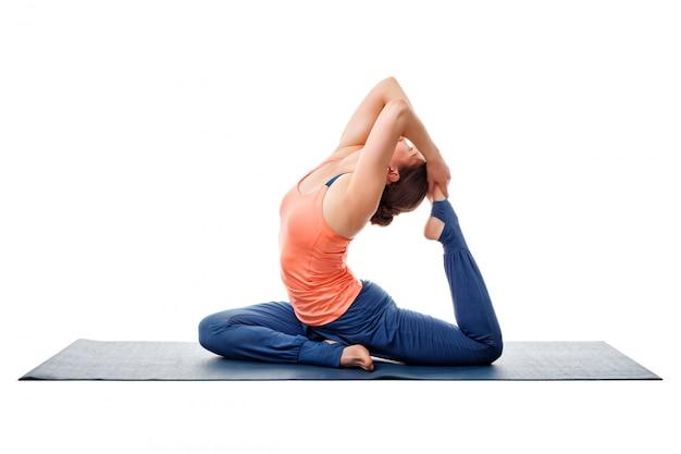Femme sportive faisant du yoga asana eka pada kapotasana