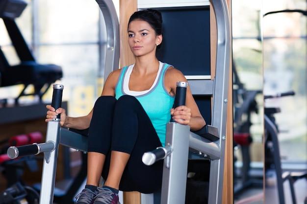 Femme sportive faisant des exercices abs