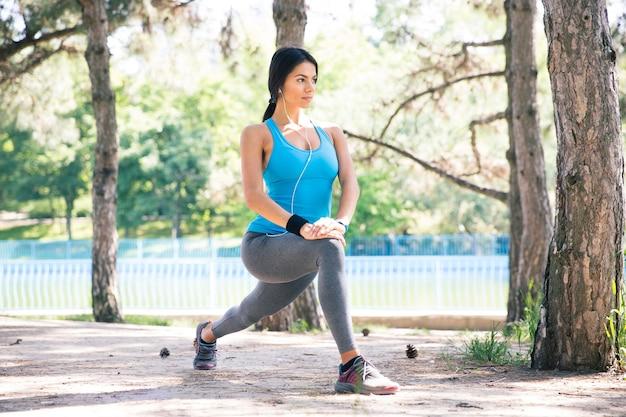 Femme sportive faisant des exercices d'étirement