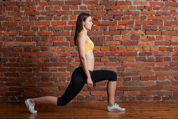 Femme sportive faisant squat de fente