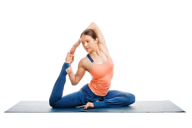 Femme sportive fit faire du yoga asana eka pada kapotasana