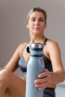 Femme sportive floue dans des vêtements de fitness bleus