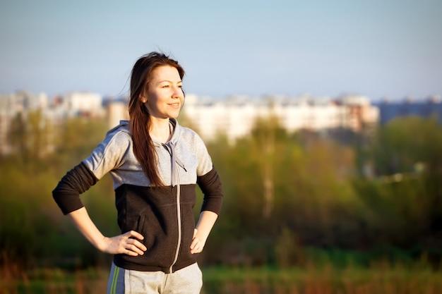 Femme sportive de formation de course en plein air