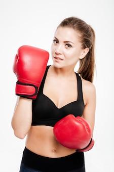 Femme sportive en gants de boxe