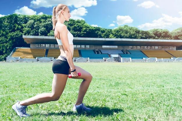 Femme sportive jeune fitness muscle faisant des squats.
