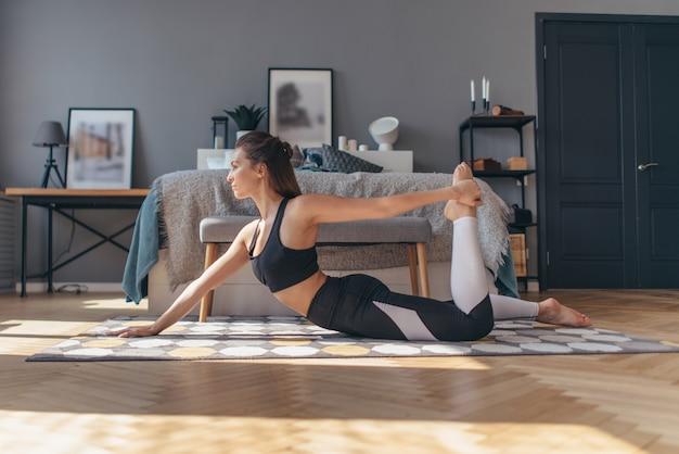 Femme sportive à la maison, faire des exercices, s'entraîner.
