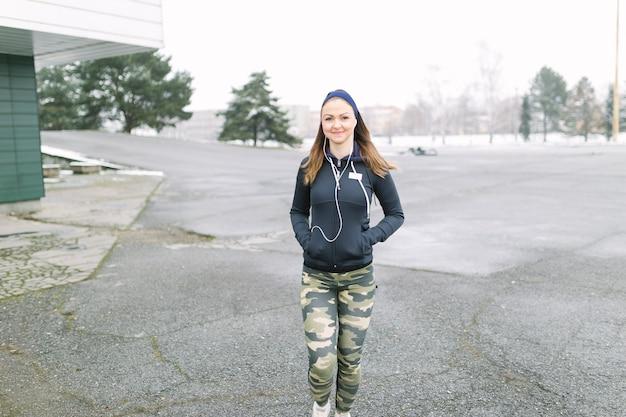 Femme sportive marchant sur la formation