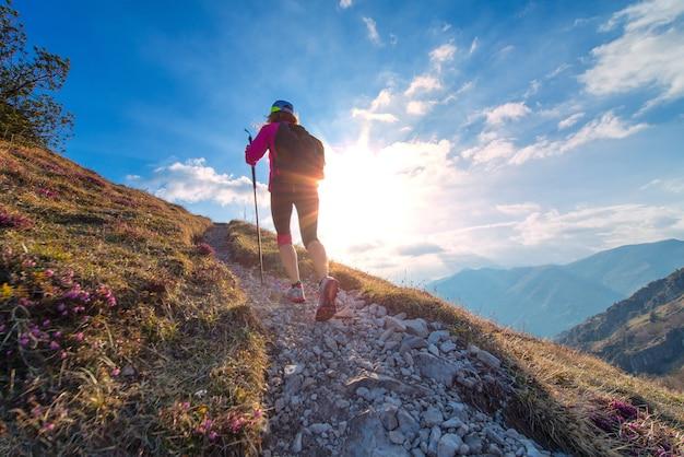 Femme sportive marchant sur les montagnes