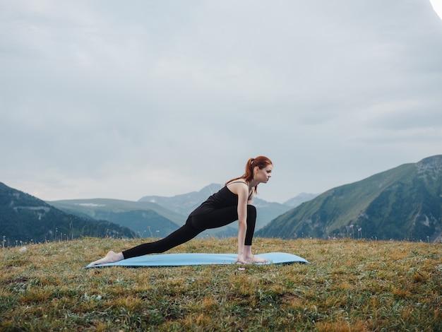 Femme sportive en plein air yoga air frais