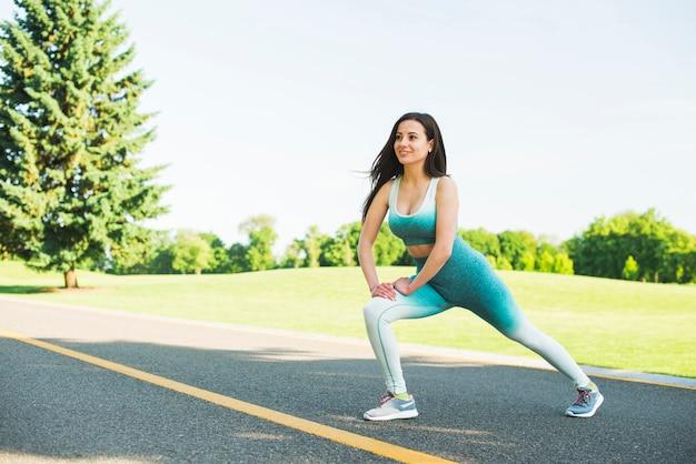 Femme sportive pratiquant un sport en plein air