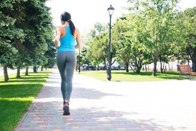 Femme Sportive Qui Court à L'extérieur Photo Premium