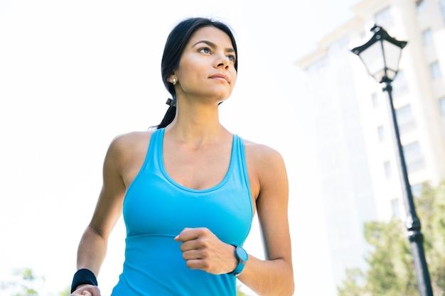 Femme sportive qui court à l'extérieur