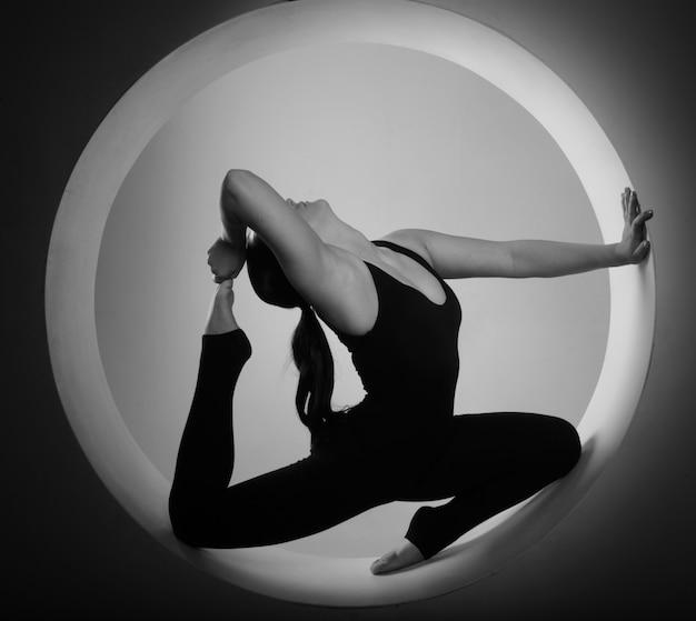 Femme sportive qui s'étend à l'intérieur d'un cercle