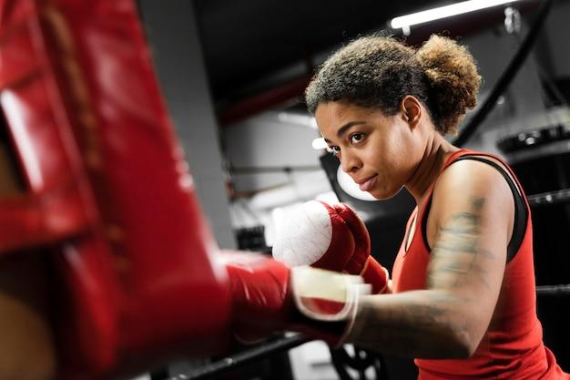 Femme sportive s'entraînant pour la boxe