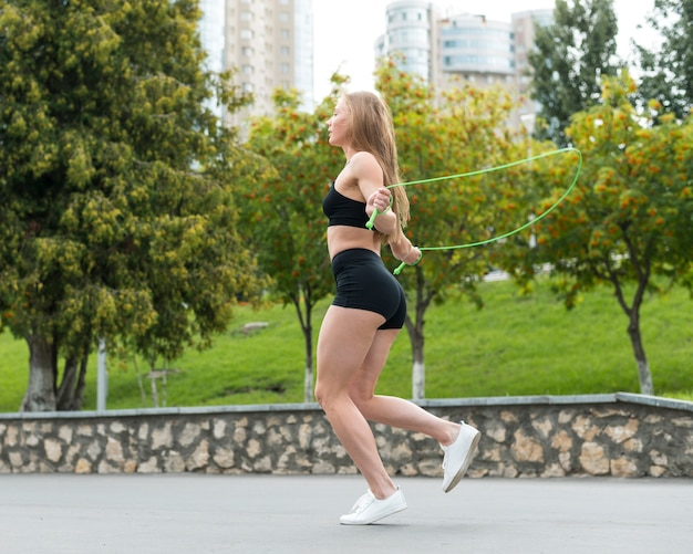 Femme sportive, saut à la corde à sauter