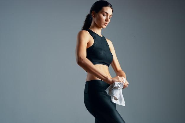 La femme sportive secoue la motivation d'entraînement de silhouette mince de muscles