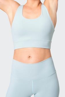 Femme sportive en shooting de mode sportswear bleu