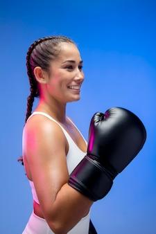 Femme sportive souriante de coup moyen