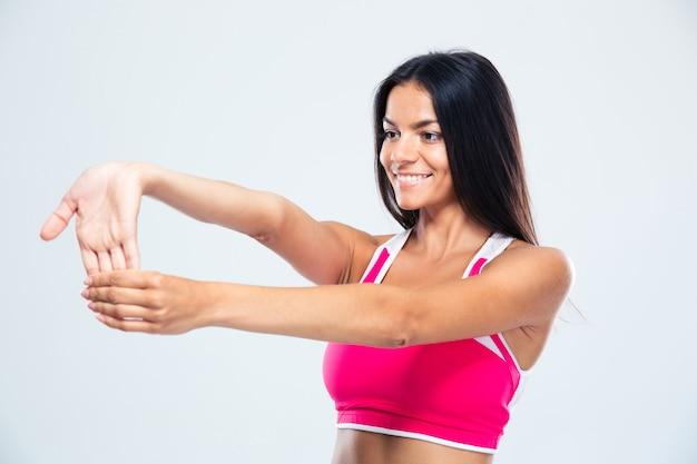 Femme sportive souriante, étirement des doigts