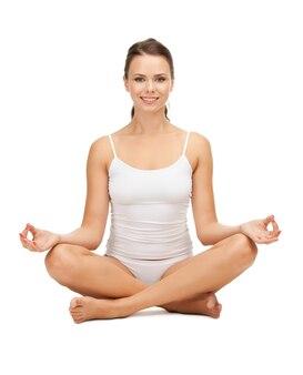 Femme sportive en sous-vêtements en coton pratiquant le yoga pose de lotus