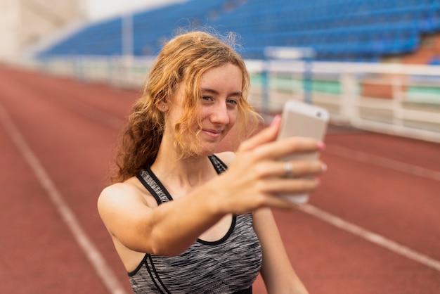 Femme, sur, stade, prendre, selfie