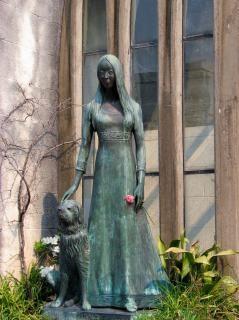 Femme et la statue de chien