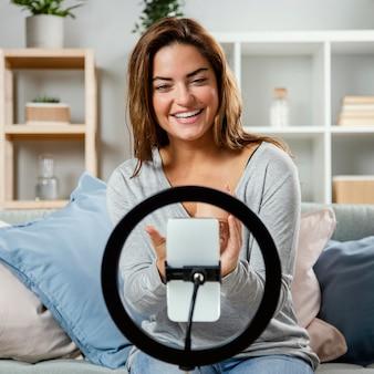 Femme en streaming routine de soins de beauté