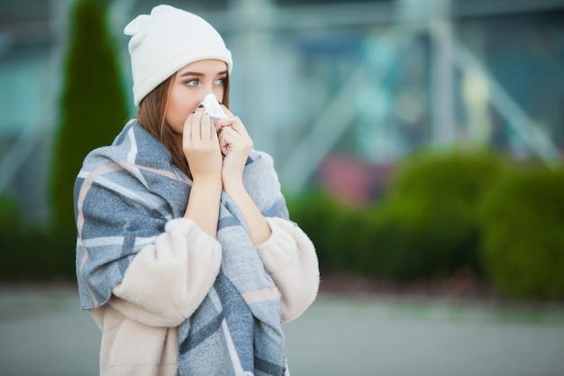 Femme stress. belle femme triste désespérée en manteau d'hiver souffrant de dépression