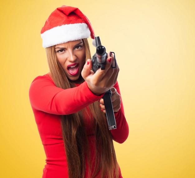 Femme stressé tenant un pistolet