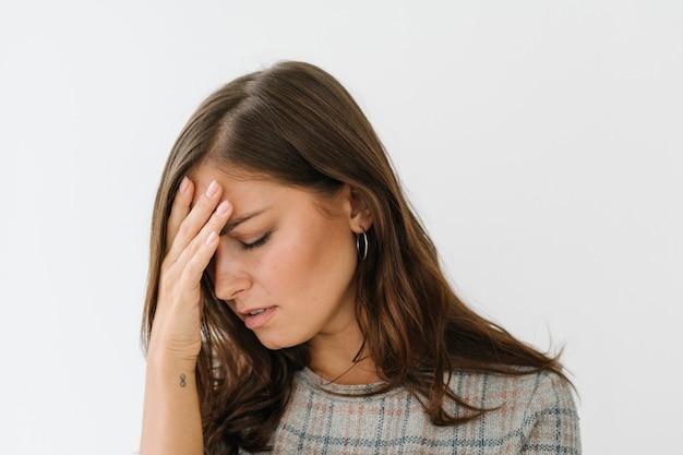 Femme stressée dans une robe à carreaux grise
