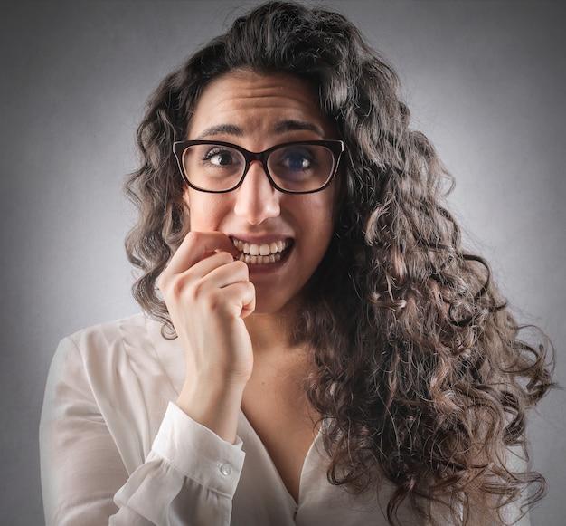 Femme stressée inquiète