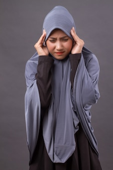 Femme stressée malade avec maux de tête, migraine, symptômes de vertige