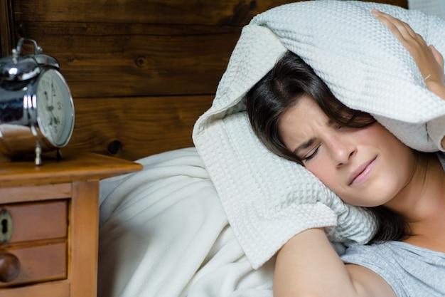 Femme stressée de se réveiller tôt