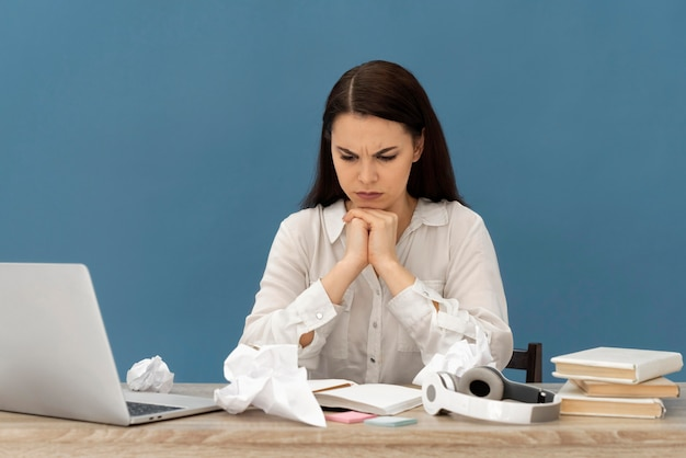Femme stressée travaillant sur ordinateur portable