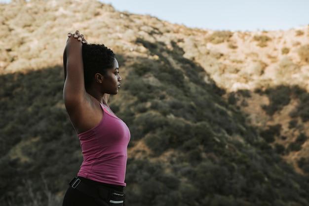 Femme, stretching, randonnée