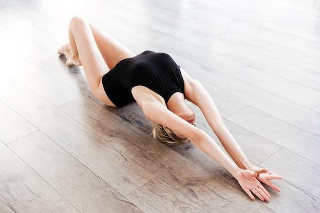 Femme en studio de ballet