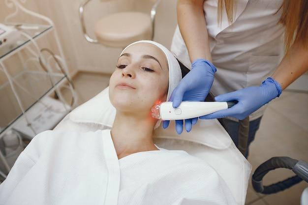 Femme en studio de cosmétologie sur l'épilation au laser