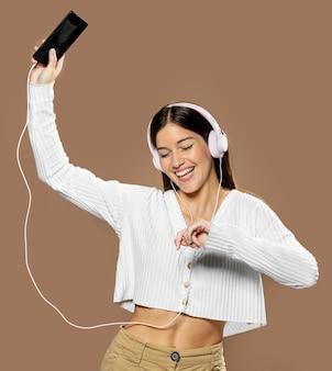 Femme en studio portant des écouteurs