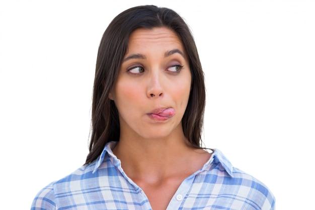 Femme stupide avec la langue dehors