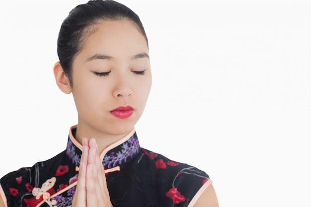Femme de style geisha fermant les yeux