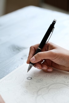 Femme, stylo
