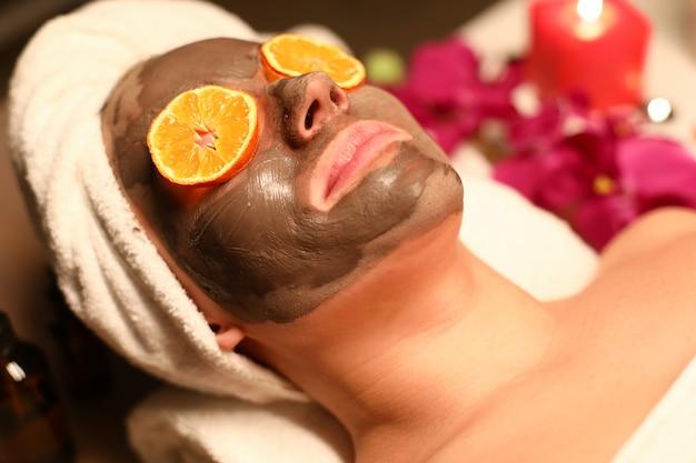 La femme suit un cours de bien-être et un nettoyage du visage.