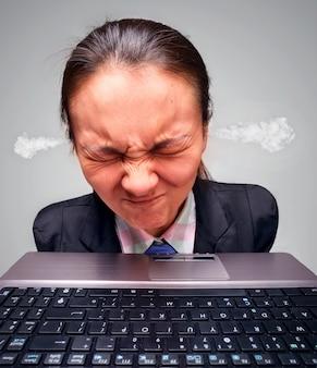 Femme surchargée sur ordinateur