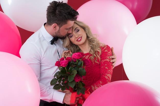 Femme sûre dans les bras de son petit ami